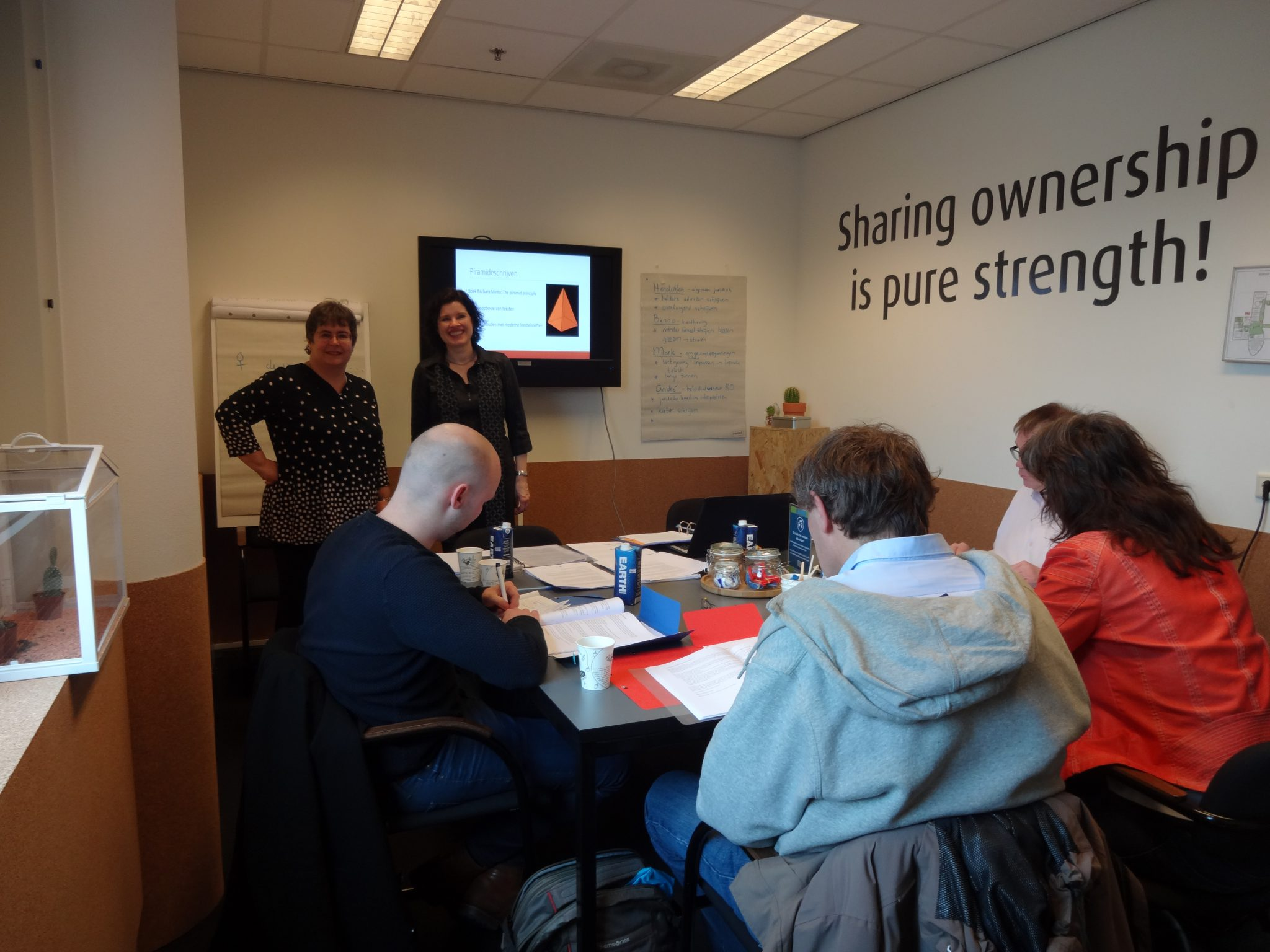 Nicole Baars en Eileen Jonker, trainers Juridisch schrijven, in het Academiegebouw in Groningen